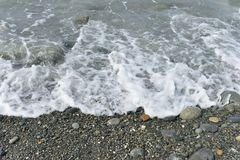 Onde che si schiantano sulla riva rocciosa Fotografia Stock