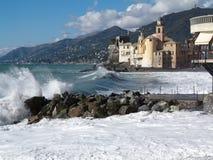 Onde che si schiantano sulla spiaggia a Camogli, Italia Fotografia Stock Libera da Diritti
