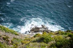 Onde che si schiantano sulle rocce Fotografia Stock Libera da Diritti