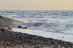 Onde che spruzzano ad una spiaggia Immagine Stock