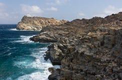 Onde contro il litorale roccioso Immagine Stock