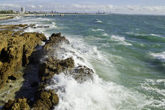 Onde contro la linea costiera Fotografia Stock Libera da Diritti