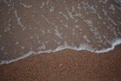 Onde contro lo sfondo delle onde di sabbia contro lo sfondo della sabbia Fotografia Stock Libera da Diritti