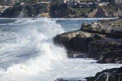 Onde costiere di alta marea che colpiscono la riva di La Jolla California Fotografia Stock Libera da Diritti