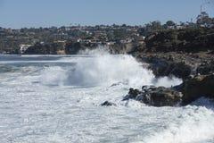 Onde costiere di alta marea che colpiscono la riva di La Jolla California Immagine Stock Libera da Diritti