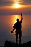 Onde d'homme dans le coucher du soleil photo libre de droits