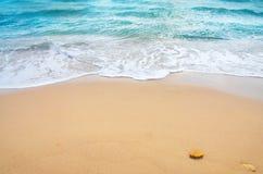 Onde d'océan et plage tropicale Image libre de droits