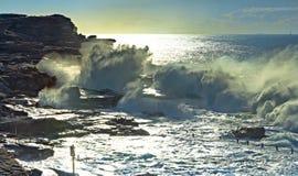 Onde d'océan tombante en panne photographie stock libre de droits