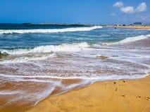 Onde dall'oceano sulla spiaggia, schiuma del mare bianco Vista dell'Oceano Atlantico da una spiaggia pubblica a Lagos, Nigeria immagini stock
