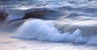 Onde dans l'océan orageux images libres de droits