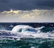 Onde de haute mer pendant la tempête images libres de droits