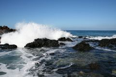 Onde de l'océan pacifique sur la côte de Molokai Hawaï Images libres de droits