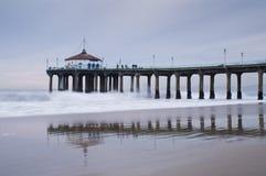 Onde de marée inférieure de pilier de Manhattan Beach Images libres de droits