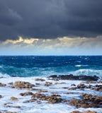 Onde de mer se cassant contre la roche de côte Photo libre de droits