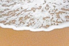 Onde de mer sur le sable. Photographie stock libre de droits
