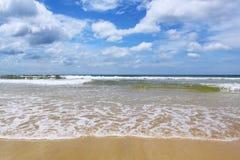 Onde de sable de mer, ciel bleu Photographie stock libre de droits