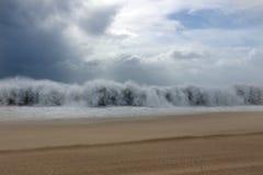 Onde de tsunami pendant une tempête images libres de droits