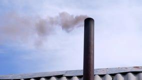 Onde del fumo dal condotto di scarico sul fondo del cielo riscaldamento della legna da ardere stock footage
