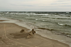Onde del Mar Baltico e di una spiaggia con giallo sabbia Fotografie Stock Libere da Diritti