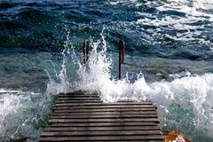 Onde del mar Mediterraneo che si schiantano sulla pavimentazione Immagine Stock Libera da Diritti