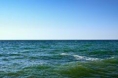 Onde del Mar Nero contro il cielo blu Fotografie Stock