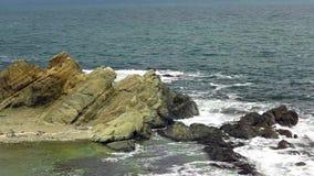 Onde del mare che si schiantano nelle rocce intorno a Varvara, Bulgaria stock footage