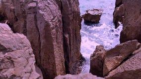 Onde del mare e riva rocciosa video d archivio