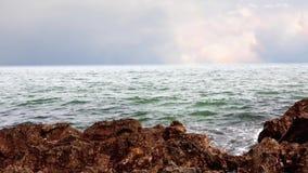 Onde del mare e riva rocciosa archivi video