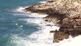 Onde del mare e rocce di pietra archivi video