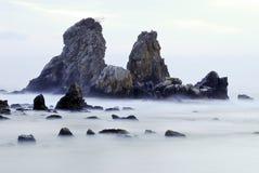 Onde del mare ed il solido della roccia Immagini Stock