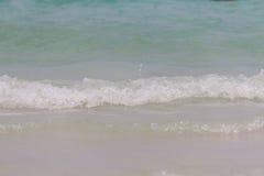 Onde del mare lanciate sopra alla costa Immagini Stock