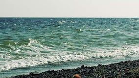 Onde del mare sopra la spiaggia Vista sul mare stock footage