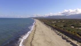 Onde del mare sul litorale visto con il fuco archivi video