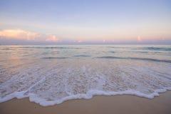 Onde del paesaggio del mare con schiuma sulla sabbia costiera Fotografia Stock Libera da Diritti