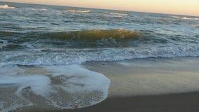 Onde dell'acqua di mare Onda dell'Oceano Atlantico Pratichi il surfing entrare sopra la sabbia fotografia stock