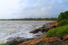 Onde dell'Oceano Indiano della costa della roccia grandi La Sri Lanka Immagine Stock Libera da Diritti