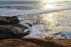 Onde dell'Oceano Indiano della costa della roccia grandi La Sri Lanka Fotografie Stock Libere da Diritti