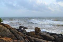 Onde dell'Oceano Indiano della costa della roccia grandi La Sri Lanka Immagini Stock