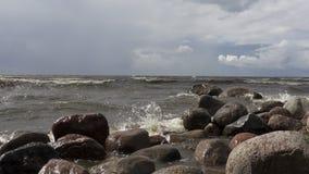 Onde della rottura del mare contro le pietre Golfo della Finlandia video d archivio