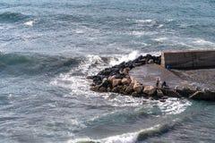 Onde della spiaggia delle nuvole di tempesta del mare alla baia di Sorrento del Meta in Italia, conclusione della stagione, fredd immagine stock