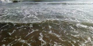 Onde delle spume della spiaggia Karachi di Manora fotografia stock