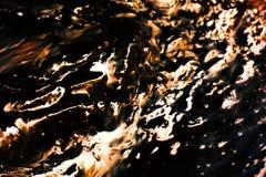 Onde di acqua astratte dell'oro con il reflectio Immagini Stock