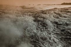 Onde di acqua fatte in barca Fotografia Stock