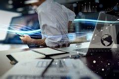 Onde di luce e dell'uomo d'affari blu che usando sul computer portatile Immagine Stock