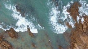 Onde di oceano aeree che raggiungono riva video d archivio