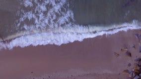 Onde di oceano aeree che raggiungono riva stock footage