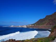 Onde di oceano alla costa di Tenerife fotografia stock