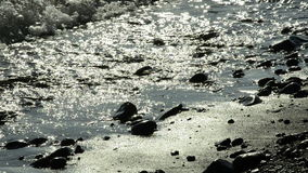 Onde di oceano alla spiaggia di sone, backlit stock footage