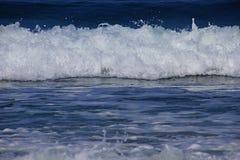 Onde di oceano che rotolano nella riva Immagini Stock Libere da Diritti