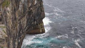 Onde di oceano che rotolano sulle scogliere, isole di Aran, Irlanda video d archivio